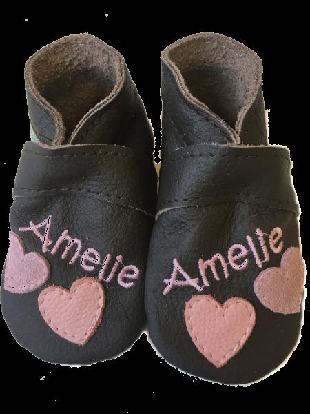 Krabbelschuhe mit Namen und Herz Motiv für Mädchen von Schnullireich